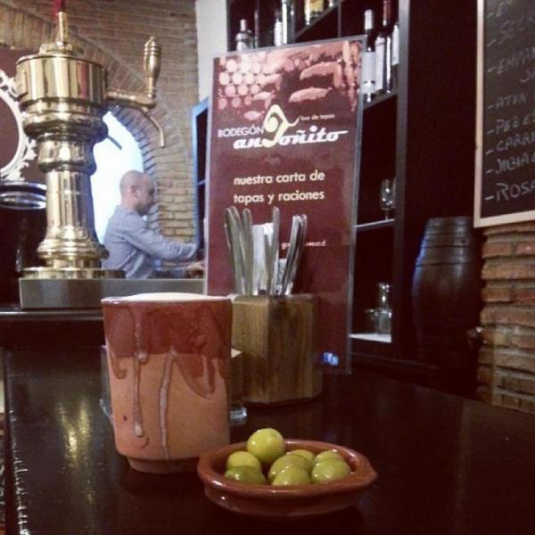 BODEGÓN ANTOÑITO es un pequeño y nuevo gran bar de tapas de excelente calidad, con un maravilloso servicio al cliente en el que se ofrece una gran variedad de alimentos de selección gourmet.   Se encuentra situada en el corazón del centro de La Líne